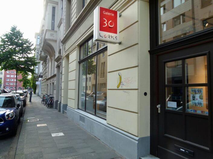 Galerie 30works, Bananen-Stencil von Thomas Baumgärtel, Bodenplatten von xxxhibition, Antwerpener Straße, Foto: Sascha Klein