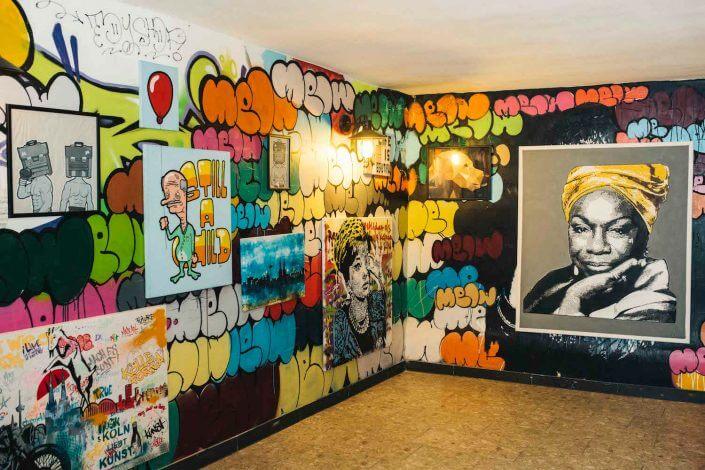 Kunstbruder: Mural und Ausstellung im Untergeschoss, Foto: Silviu Guiman