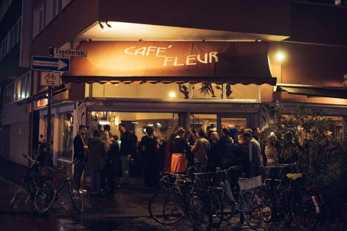 Kölner Lesereihen: Besucher vor dem Café Fleur, Foto: Silviu Guiman