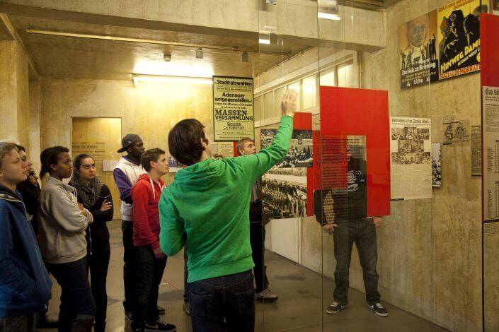 Führung für eine Schulklasse durch die Dauerausstellung. Foto: NS-Dokumentationszentrum/Jörn Neumann (Nr. 1803)