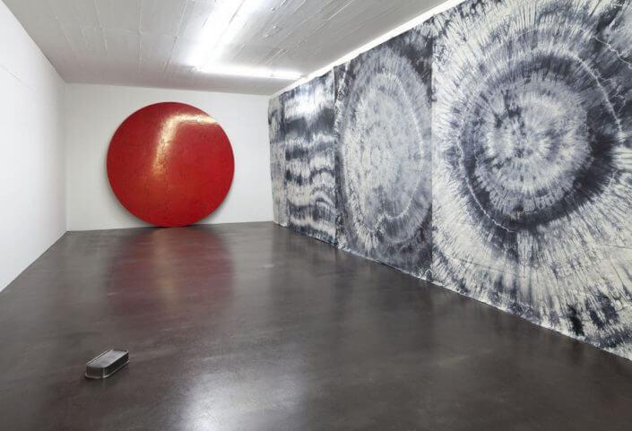 ART COLOGNE - Vincent Tavenne | Ohne Titel (Rote Scheibe), 2011 | Holz, Styropor, Kaseinfarbe poliert | Foto: Simon Vogel | Courtesy Galerie Hammelehle und Ahrens, Köln