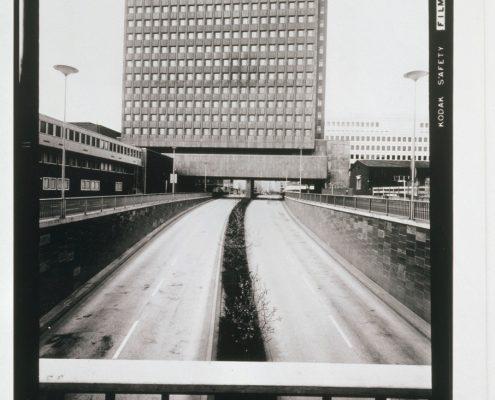 """Chargesheimer: """"Nord-Süd-Fahrt mit WDR-Gebäude"""", aus """"Köln 5 Uhr 30"""", 1970. Foto: Rheinisches Bildarchiv Köln © Museum Ludwig, Köln. Fotografie-Institutionen in Köln"""