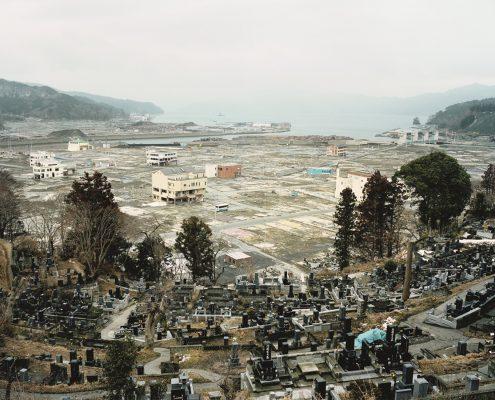 """Hans-Christian Schink: """"Ōtsuchi, Iwate Prefecture"""", aus der Serie """"Tōhoku"""" © Hans-Christian Schink. Fotografie-Institutionen in Köln"""