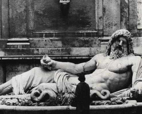 """Heinz Held: """"Im Hof der Kapitolinischen Museen, Rom"""", o. Jahresangabe. Fotografie © Museum Ludwig, Köln. Fotografie-Institutionen in Köln"""
