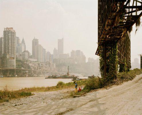 """Nadav Kander: """"Chongqing II, Chongqing Municipality"""", aus der Serie """"Yangtze"""", 2006 © Nadav Kander. Fotografie-Institutionen in Köln"""