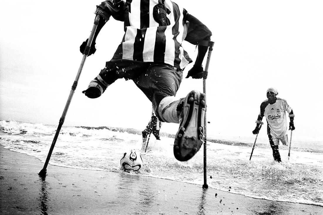 """Pep Bonet: """"One Goal"""" aus der Serie """"Faith in Chaos"""", Sierra Leone, Freetown, August 2007 © Pep Bonet/NOOR/laif. Fotografie-Institutionen in Köln"""