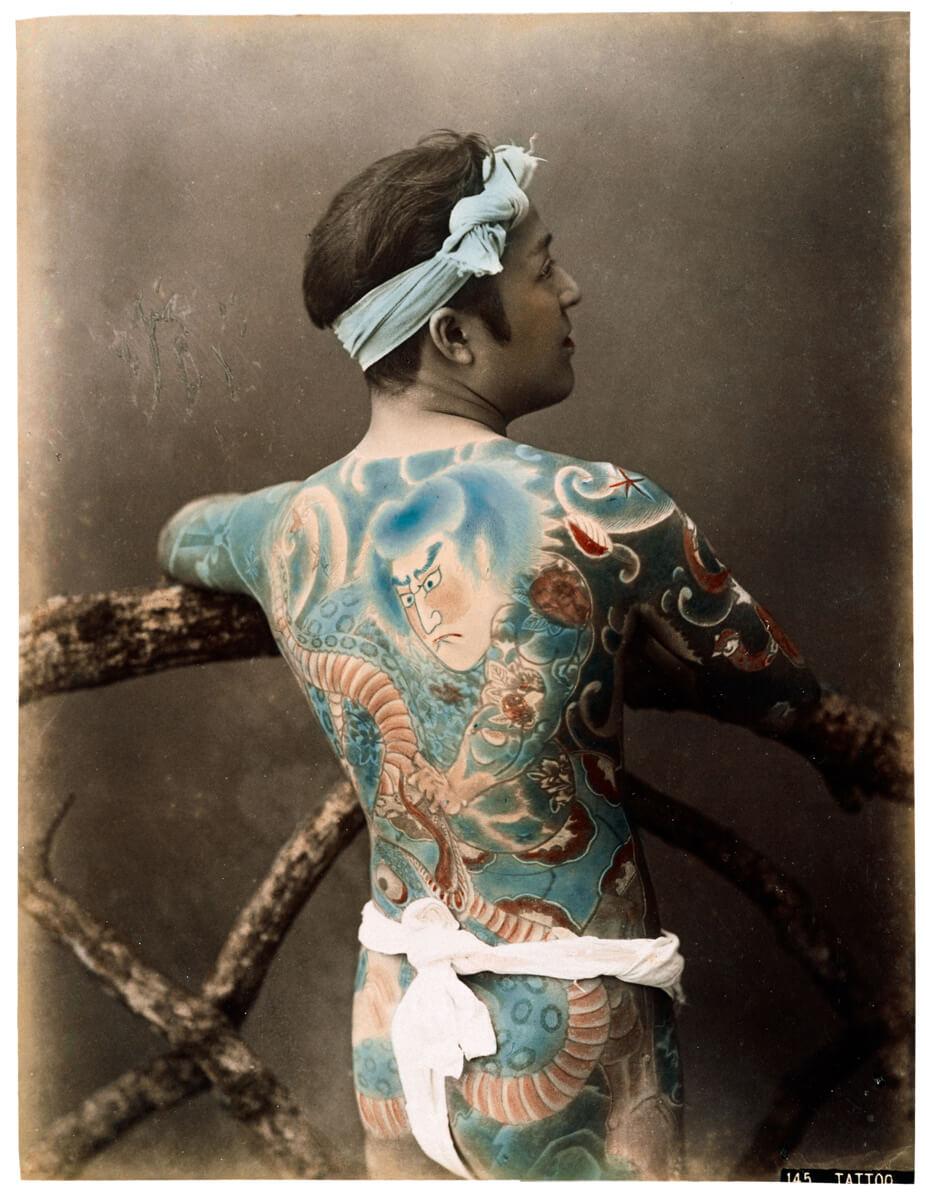 Unbekannter Fotograf: Tätowierter Mann (hikkyaku), Japan, um 1880. Fotografie-Institutionen in Köln