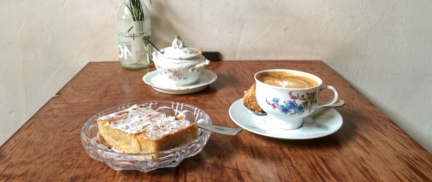 Kaffee und Kuchen, Leuchte Kaffeebar