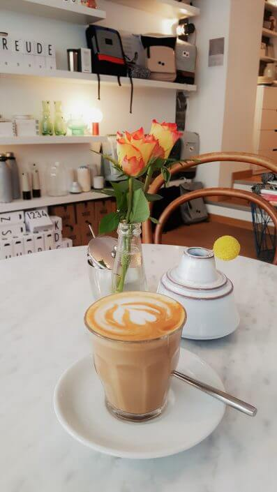Frau Nora und Herr Max, Kaffee