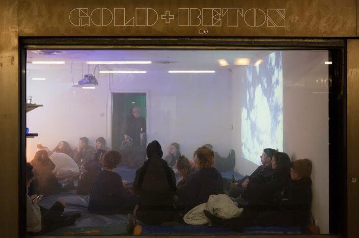 """Gold+Beton, Videoinstallation von Miriam Carranza im Rahmen der Ausstellung """"Platonic Paradise"""", 2018, Foto: Maurits Boettger"""