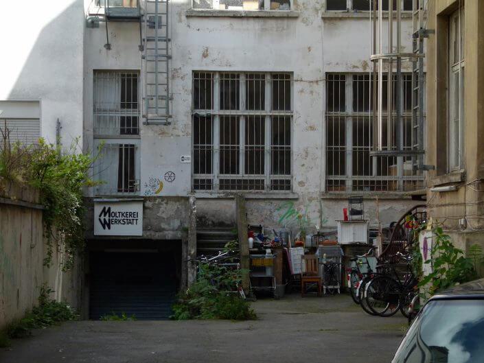 Moltkerei Werkstatt, Hinterhof und Eingang, 2018, Foto: Sascha Klein