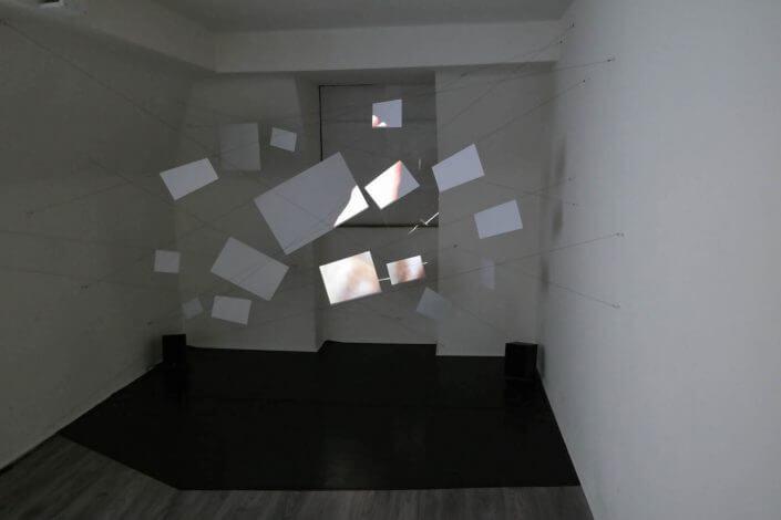 """Ansicht der Ausstellung """"postkartografierte impulse einer bewegung"""" von Parisa Karimi, 2016, Foto: Moltkerei Werkstatt"""