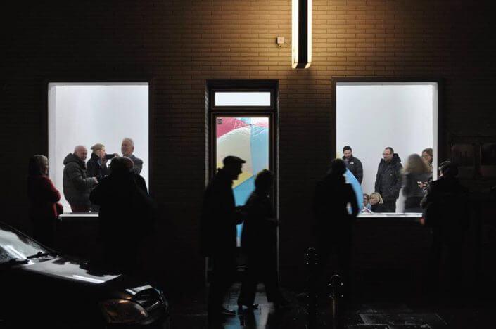 """STRIZZI, Außenansicht mit Blick in die Ausstellung """"hubblebubble"""" von Julia Gruner, 2016, Foto: Büro für Brauchbarkeit"""