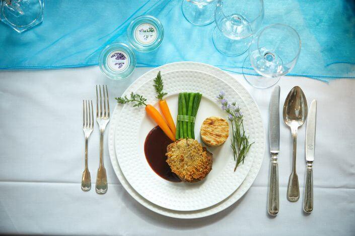 Anzeige: 4711 Duftmenü: Hauptgang, Rindermedaillon mit Lavendelkruste, Rosmarinjus und Kartoffelbaumkuchen, ©Axel Schulten