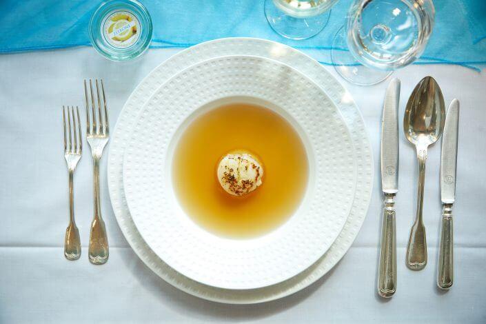 Anzeige: 4711 Duftmenü: Suppe, Klare Hühnerconsommé mit Zitrone und Jakobsmuschel, ©Axel Schulten