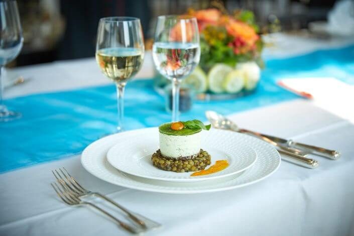 Anzeige: 4711 Duftmenü: Vorspeise, Kräutertörtchen mit Kumquats-Linsensalat, ©Axel Schulten