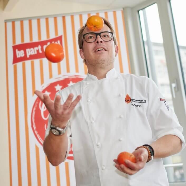 Mario Kotaska jongliert mit Obst