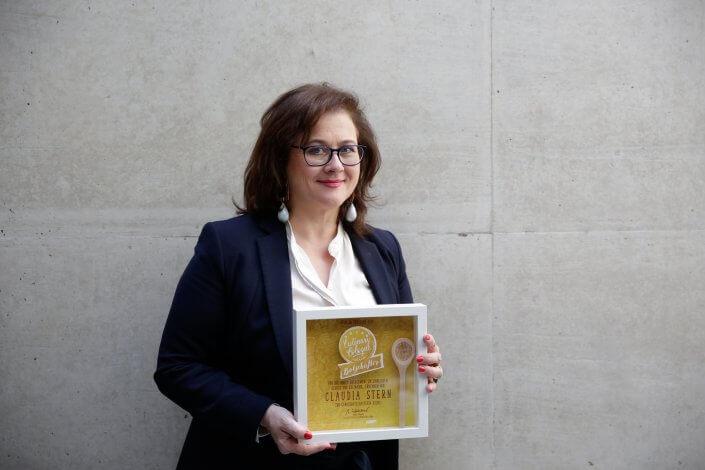 Claudia Stern mit ihrer Auszeichnung
