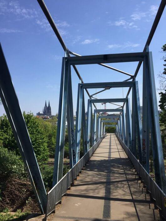 Joggen und Sightseeing - 5 schöne Laufstrecken in Köln | Herkulesbrücke mit Dom, ©Ralf Johnen